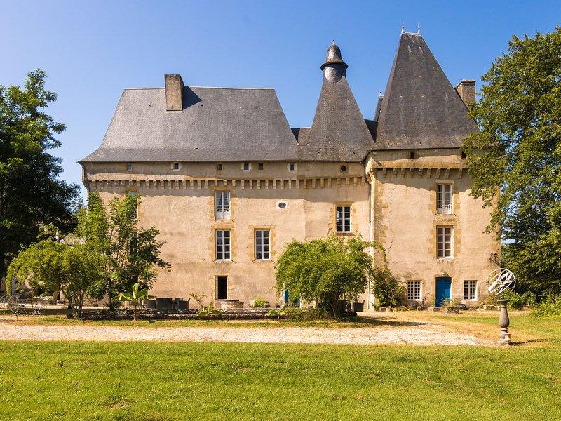Very spacious cottage with a separate guest house on a medieval domain., location de vacances à Saint-Jory-de-Chalais