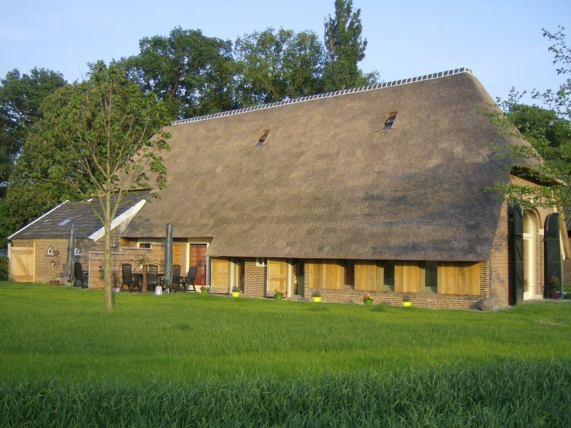 Staying in a thatched barn with box bed, beautiful view, region Achterhoek, location de vacances à Zwillbrock