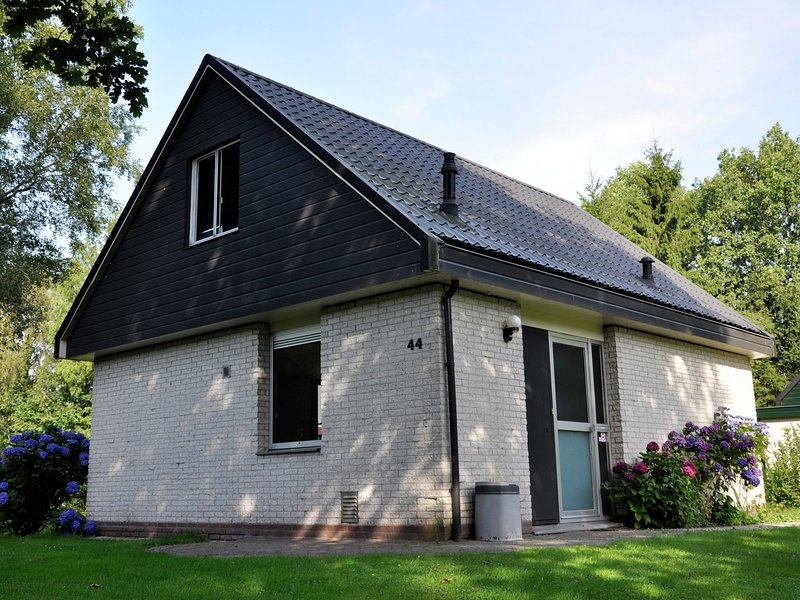 Detached house with a dishwasher at 21 km. from Giethoorn, holiday rental in Veenhuizen