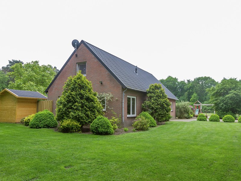 Holiday home in a rural location in Vessem, North Brabant, with sauna and hot tu, holiday rental in Haghorst