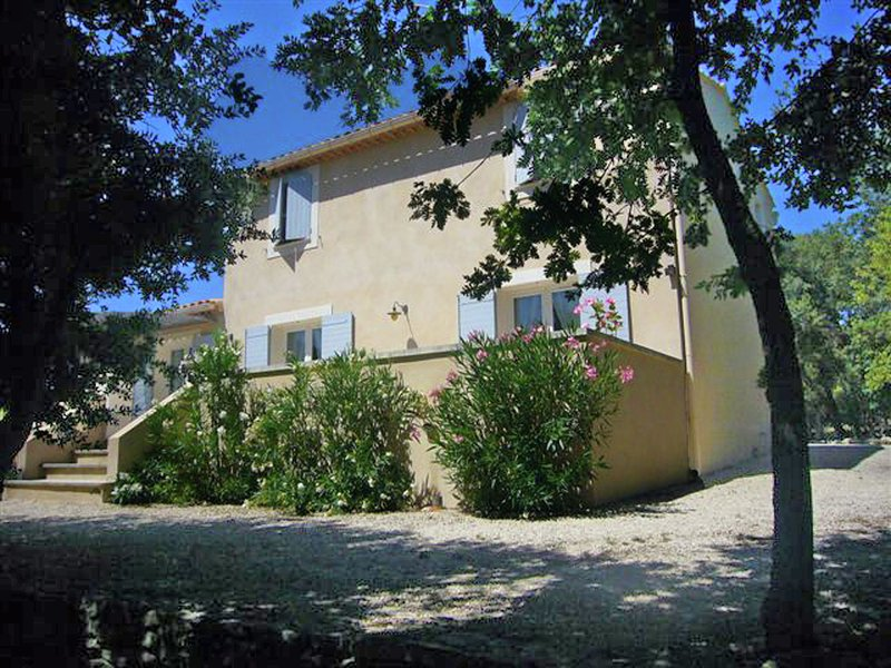 Recently built Mas with fenced private pool, vacation rental in L'Isle-sur-la-Sorgue