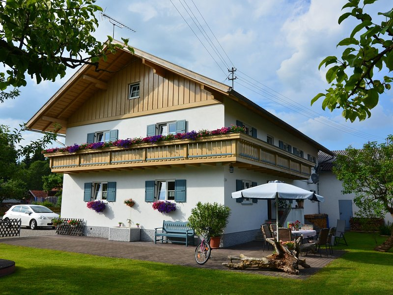 Beautiful child- and family-friendly apartment with balcony in the Pfaffenwinkel, holiday rental in Dietringen