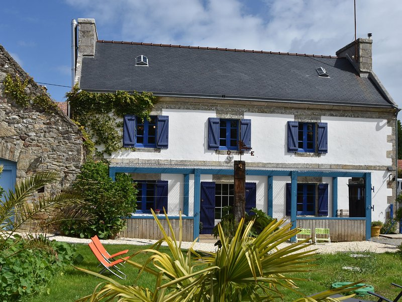 House full of charm with garden, 10mins from the Pointe du Raz, Île de Sein..., holiday rental in Plogoff