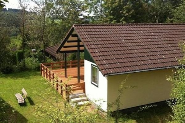 Single storey bungalow near water reservoir in the Nordeifel, holiday rental in Juenkerath