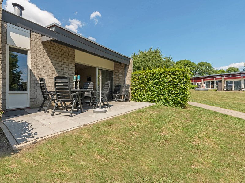Well-kept bungalow with wood stove, 4 km. from Valkenburg, vakantiewoning in Valkenburg