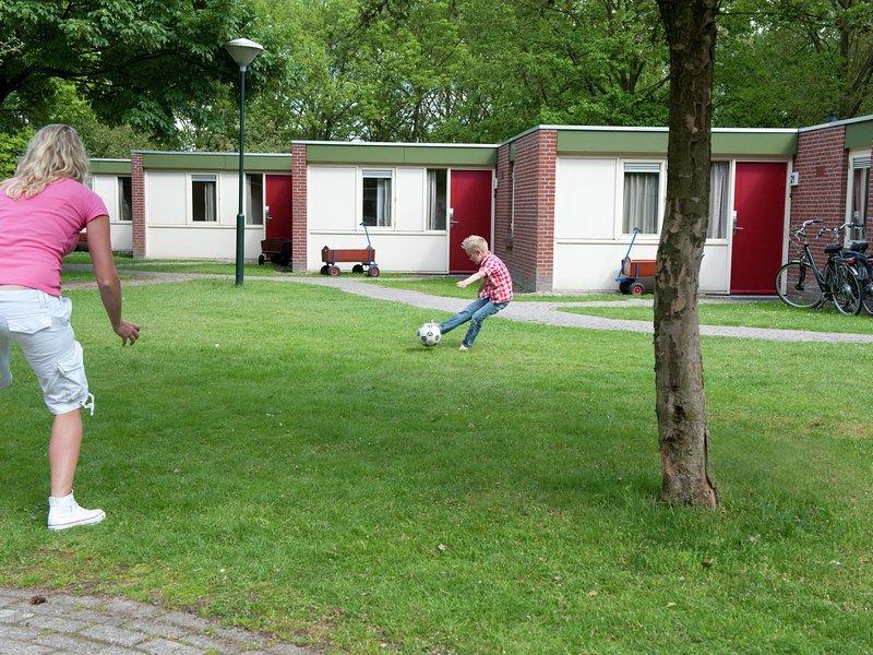 Comfortable bungalow with dishwasher, in De Maasduinen area, alquiler vacacional en Swolgen