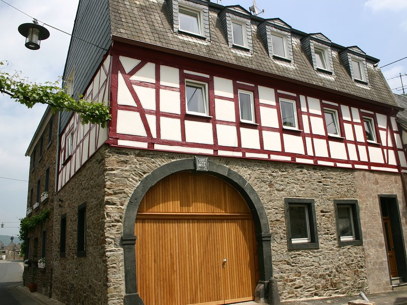 A modern holiday home for 2-5 people by the River Mosel., location de vacances à Burgen