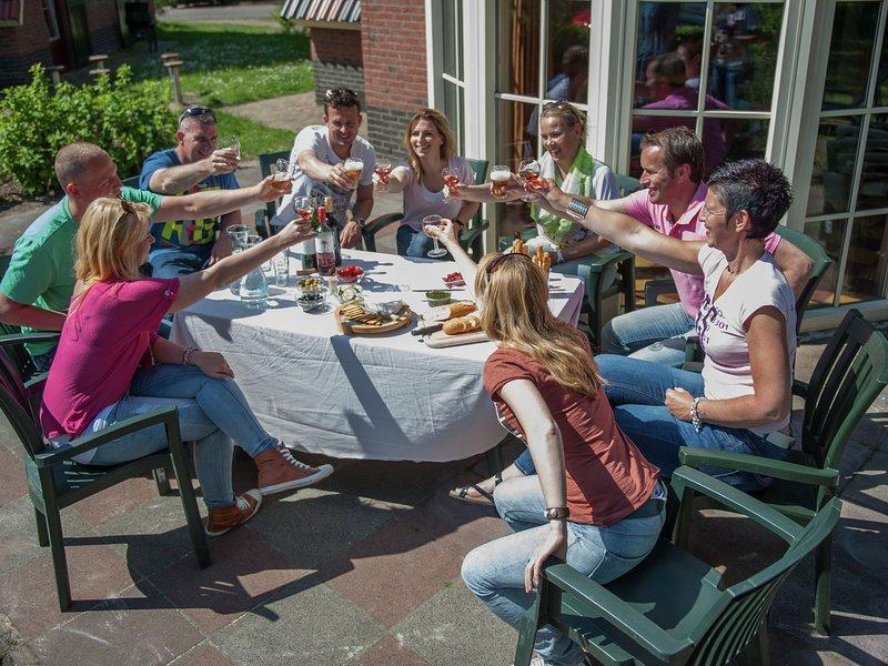 Comfortable villa with whirlpool, close to a golf course, Ferienwohnung in Prinsenbeek