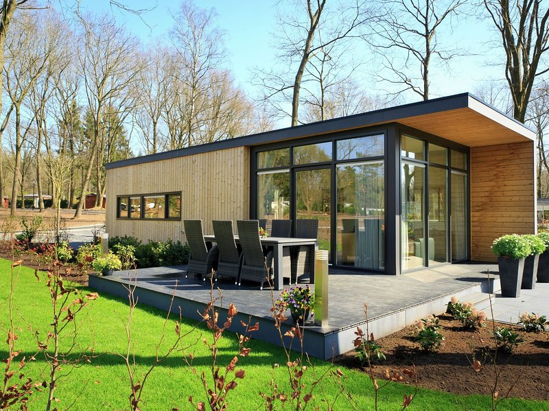 Comfortable chalet with dishwasher, close to Park De Veluwe, holiday rental in Lunteren