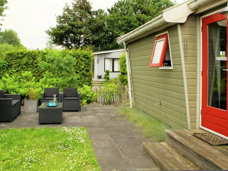 Nice chalet with a combi microwave, near the Wadden Sea, casa vacanza a Sint Annaparochie