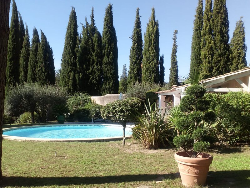 Characteristic villa with private swimming pool close to the center of Nimes, location de vacances à Saint-Gervasy