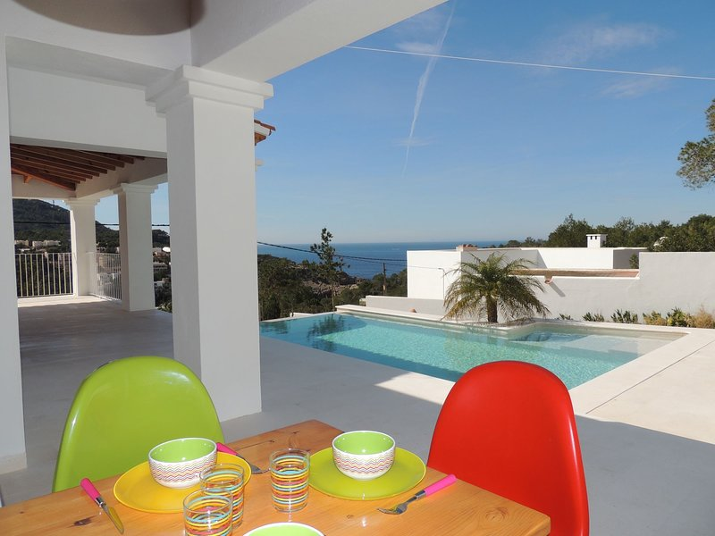 Warm Holiday Home with Private Pool in St Josep de sa Talaia, holiday rental in Cala Carbo