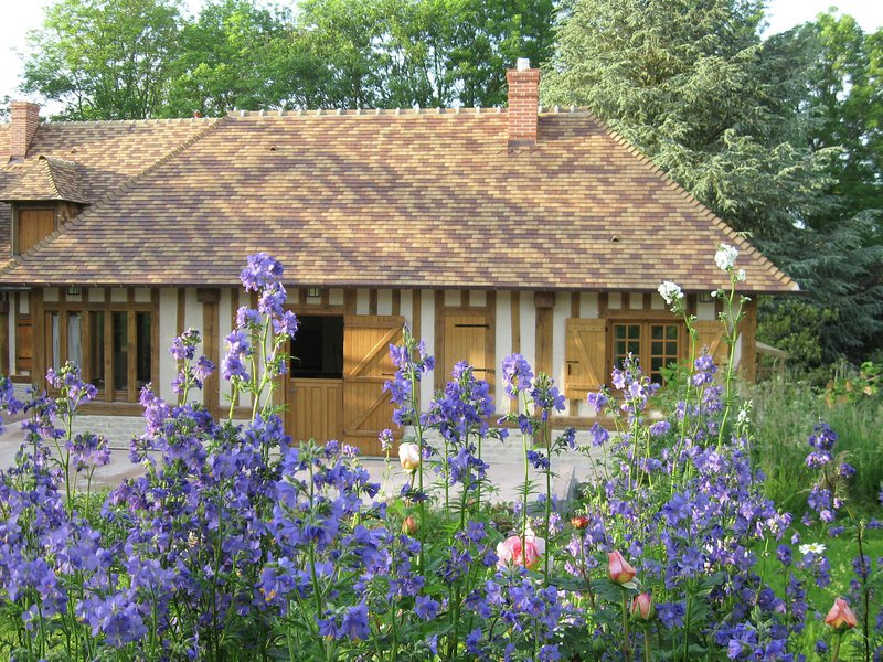 Traditional French Holiday Home with Garden in Dampsmesnil, vacation rental in Saint-Clair-sur-Epte