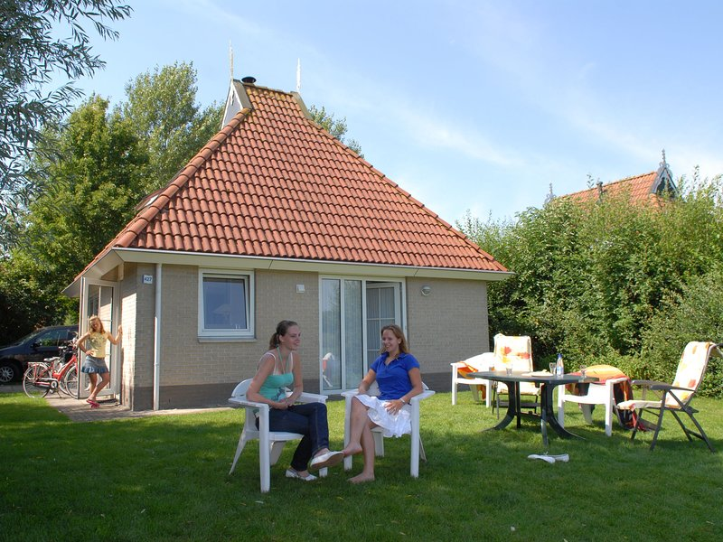 Detached bungalow with microwave and WiFi, within nature, holiday rental in Earnewald
