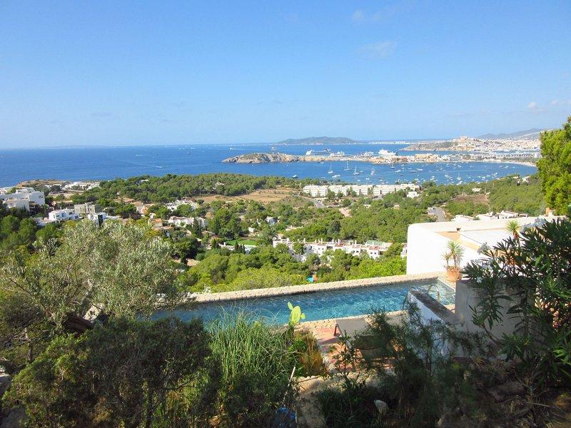 Stunning view over the bay of Talamanca and Ibiza city, location de vacances à Roca Llisa