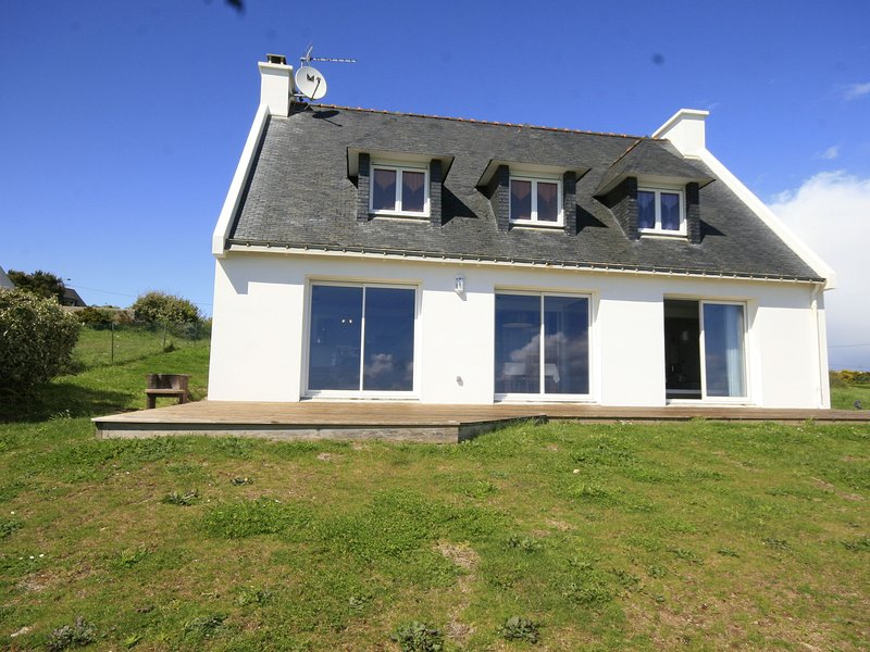 Beautiful villa by the sea with a large garden, jacuzzi, sauna and steam room., holiday rental in Doelan