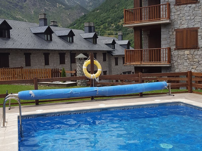 Classic Apartment in Anciles Pyrenees near Benasque Valley, holiday rental in Sesue