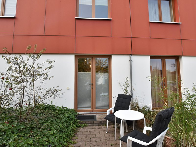 Modern One-Room Beach Apartment in Nienhagen with Terrace, holiday rental in Diedrichshagen