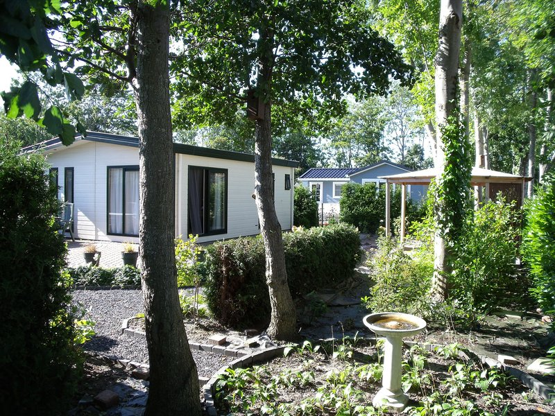 Cozy chalet with a combi microwave, near the Wadden Sea, casa vacanza a Sint Annaparochie