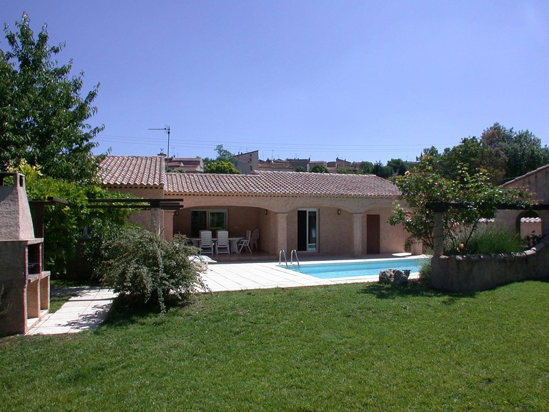 Villa with air conditioning and private pool 1 km from Saint-Paul-en-Foret and 3, holiday rental in Saint-Paul-en-Foret