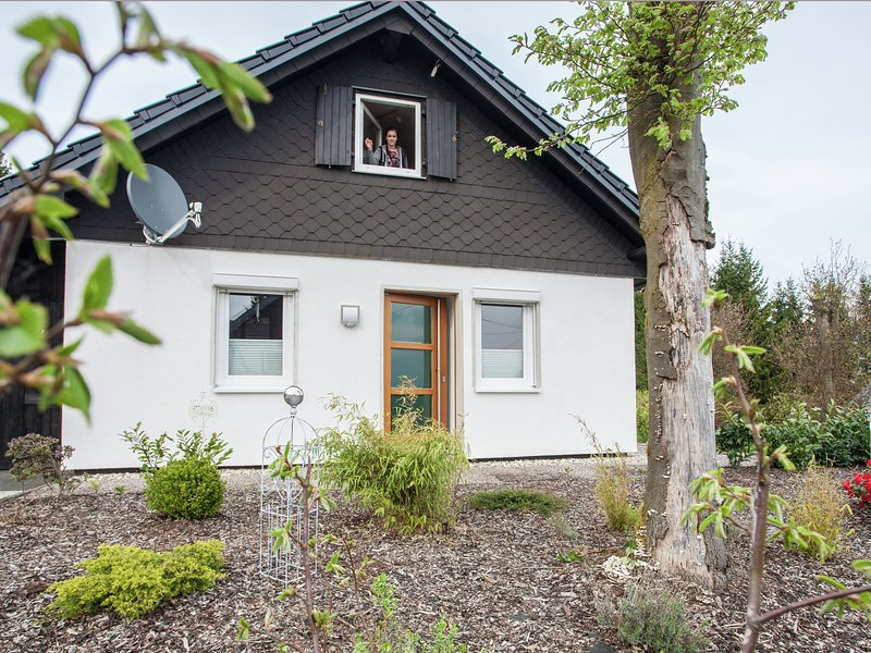 Detached holiday home close to Winterberg with terrace and a stunning view, holiday rental in Langewiese