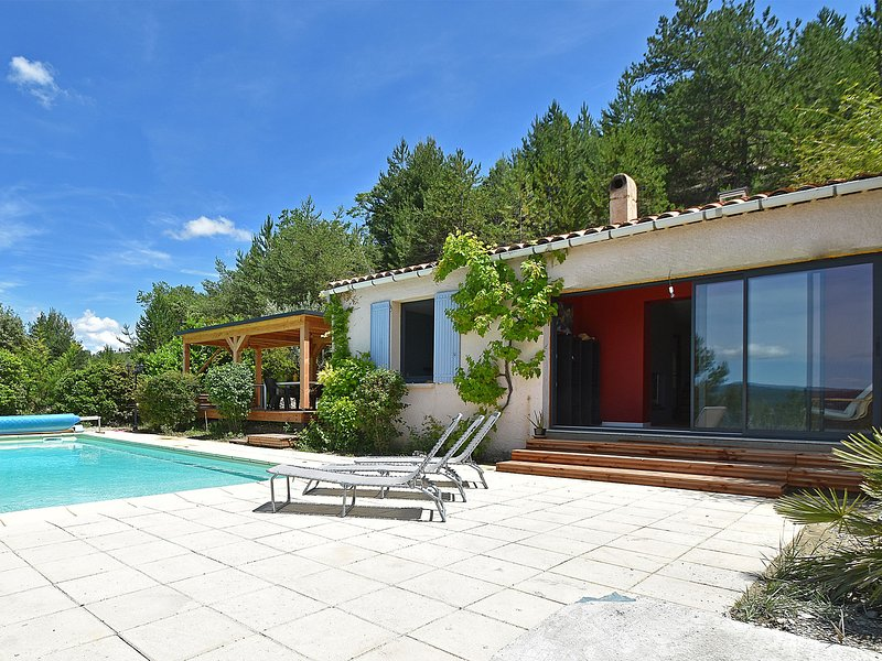 Villa with heated pool, beautiful view and garden, near Vaison-la-Romaine, holiday rental in Mollans sur Ouveze