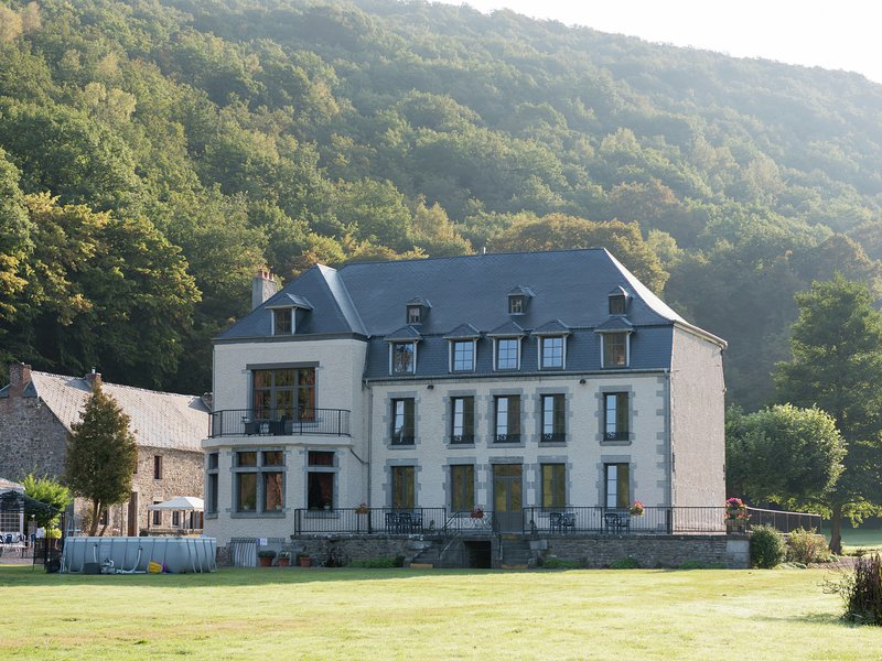 Attractive Castle near Vireux-Wallerand with Garden, vacation rental in Bourseigne-Vieille