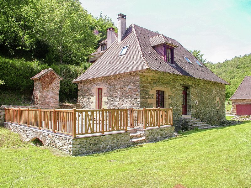 Authentic cottage with heated pool close to a river surrounded by nature., location de vacances à Lanouaille