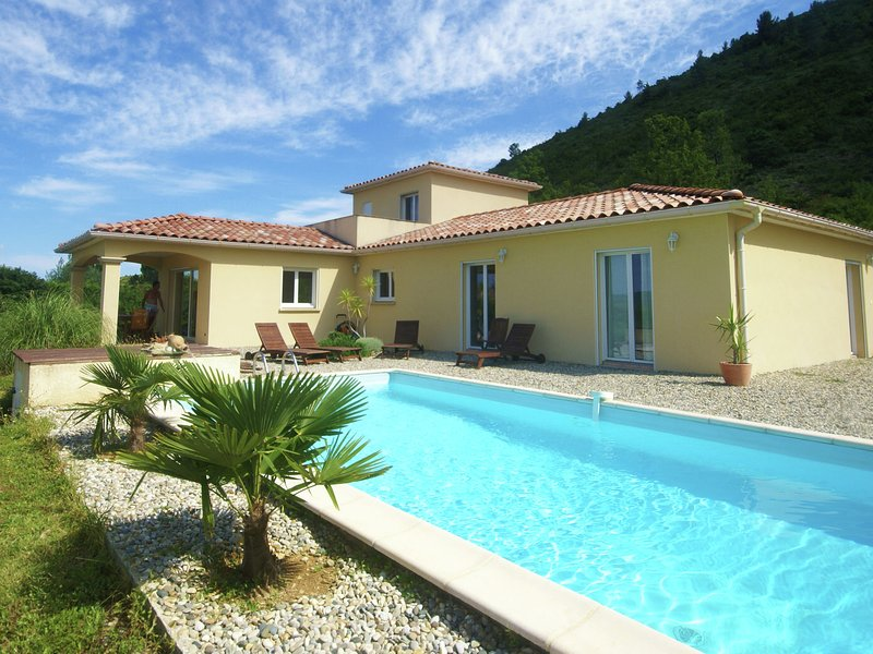 Beautifully located villa with delightful private swimming pool and lovely view, alquiler vacacional en Aujac