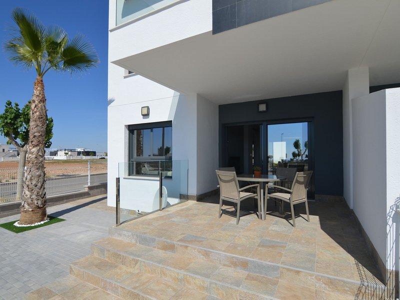 Modern holiday home with two terraces and a shared swimming pool, aluguéis de temporada em Torre de la Horadada