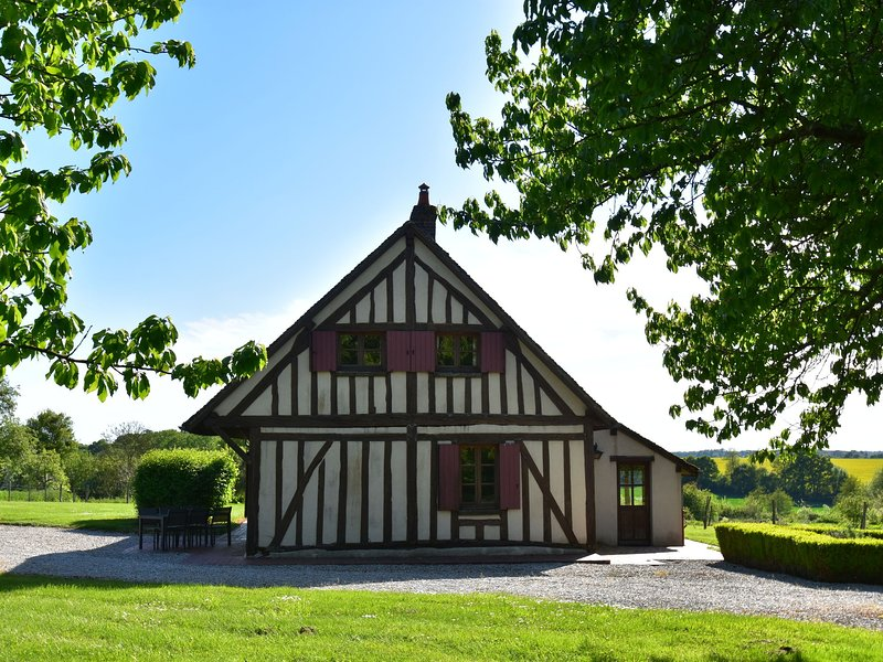 Authentic house on large estate in rural Saint-Maurice-sur-Aveyron, casa vacanza a Amilly