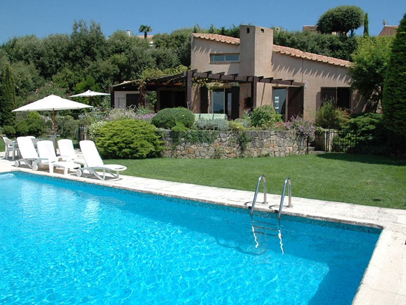 Spacious Villa in Valbonne with Swimming Pool, casa vacanza a Roquefort les Pins