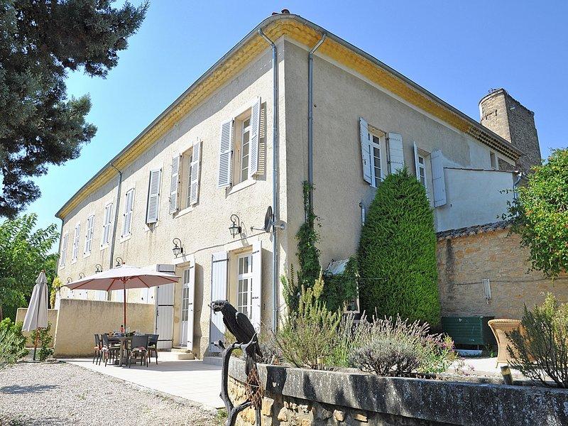 Quaint Castle in Jonquières with Garden, aluguéis de temporada em Camaret-sur-Aigues