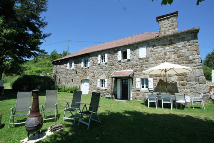 Charming Farmhouse in Cros-de-Géorand  with Swimming Pool, vacation rental in Pradelles