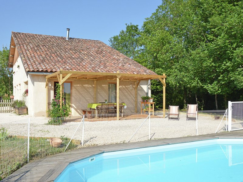 Pretty Farmhouse With Private Pool in Montadet France, vacation rental in Giscaro