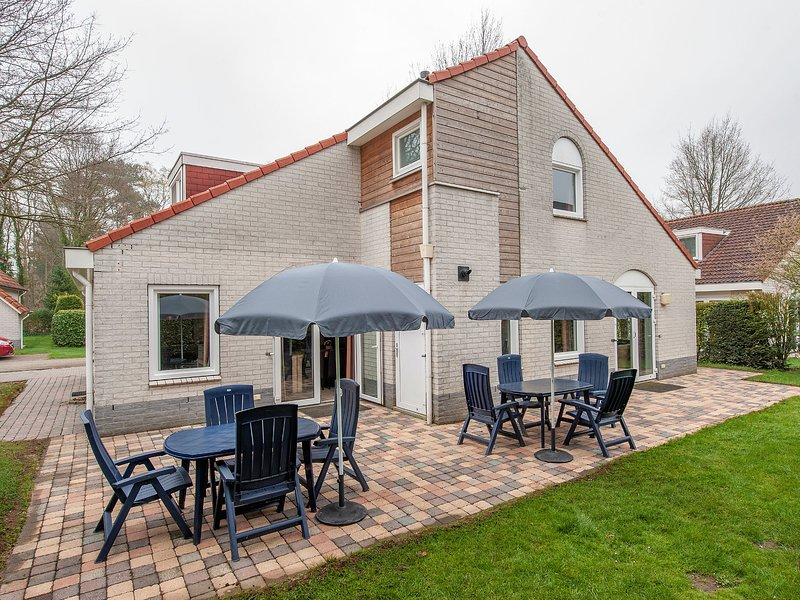 Luxurious villa with six bedrooms, in green surroundings, alquiler vacacional en Swolgen