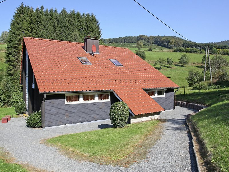 Rustic holiday home in the Hochsauerland with balcony at the edge of the forest, alquiler vacacional en Kirchrarbach