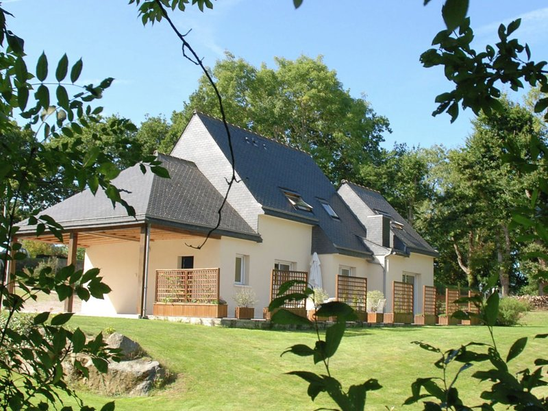 Beautiful holiday home with large garden in Brittany 1 km from the beach, vacation rental in Plurien