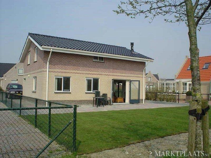 Cozy group accommodation with sauna, near the Wadden Sea, Ferienwohnung in Sexbierum