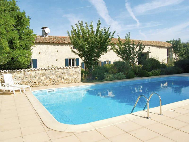 Wonderfully quiet, charming house with large private swimming pool in Saint-Maco, vacation rental in Linazay