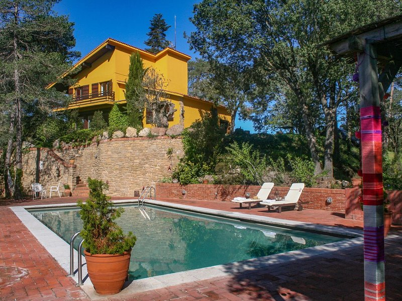 Beautiful and spacious villa with private pool at 50 kilometers from Barcelona, holiday rental in La Garriga