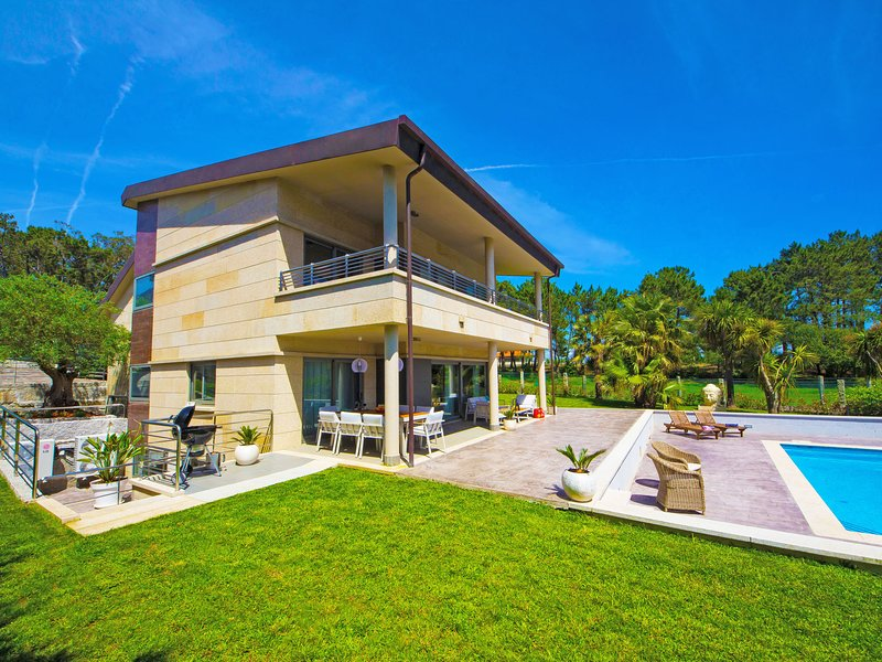 Beautiful villa with pool and sea views and only 400m from the beach, vacation rental in Sanxenxo