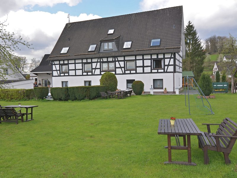 Beautiful apartment with use of the garden and pool in Attendorn in the Sauerlan – semesterbostad i Lennestadt