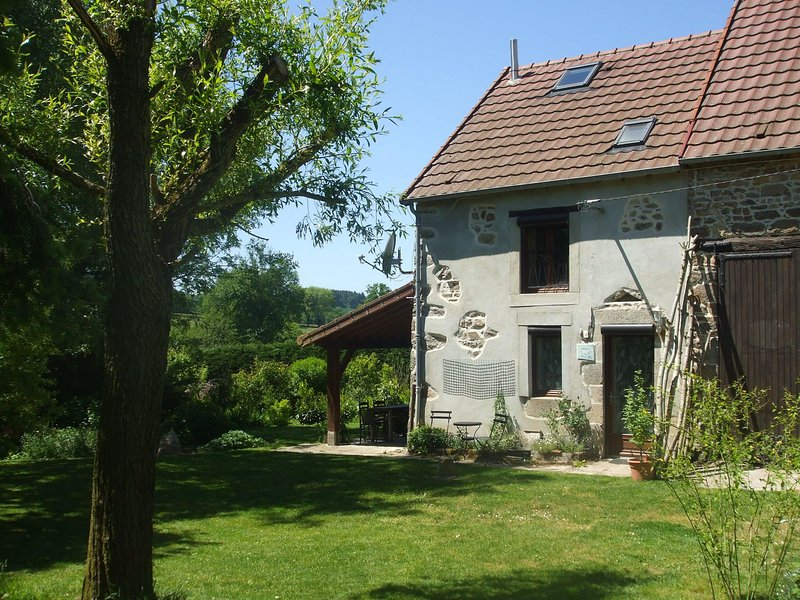 Beautiful Holiday Home in Pionsat Auvergne with Garden, aluguéis de temporada em Espinasse