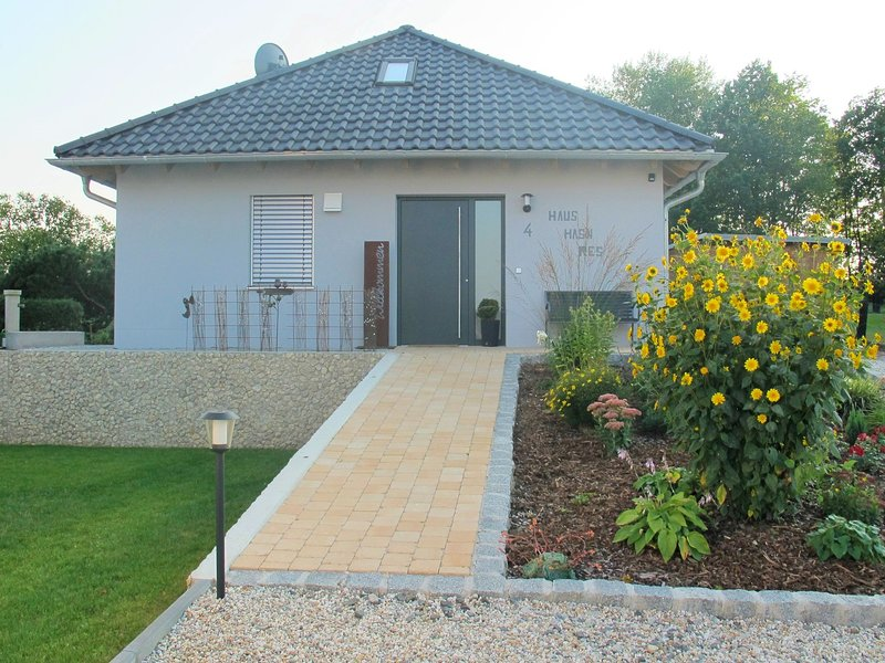 Detached holiday home in an idyllic, quiet location with terrace and garden, location de vacances à Bodenwohr