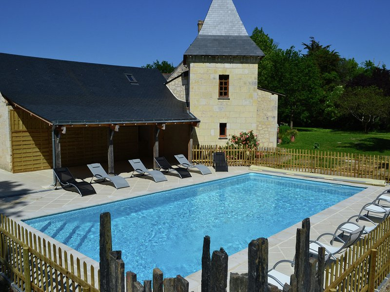 Cozy Holiday Home in Brion with Swimming Pool, alquiler vacacional en Les Rosiers sur Loire