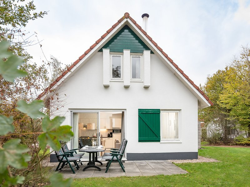 Nice holiday home with fireplace near the Drents-Friese Wold, Ferienwohnung in Spier