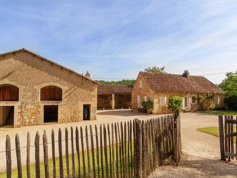 Impressive, restored farmhouse with private pool, surrounded by woods., vacation rental in Saint-Martin-des-Combes