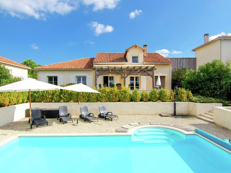 Luxury villa with heated pool overlooking a challenging 18-hole golf course., vacation rental in Montbron