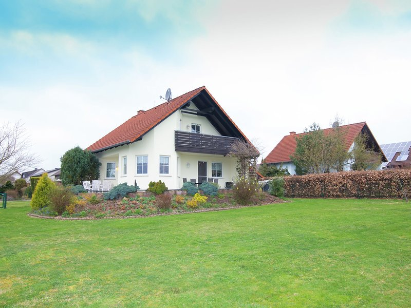 Detached holiday home near the Edersee with fireplace, holiday rental in Vohl